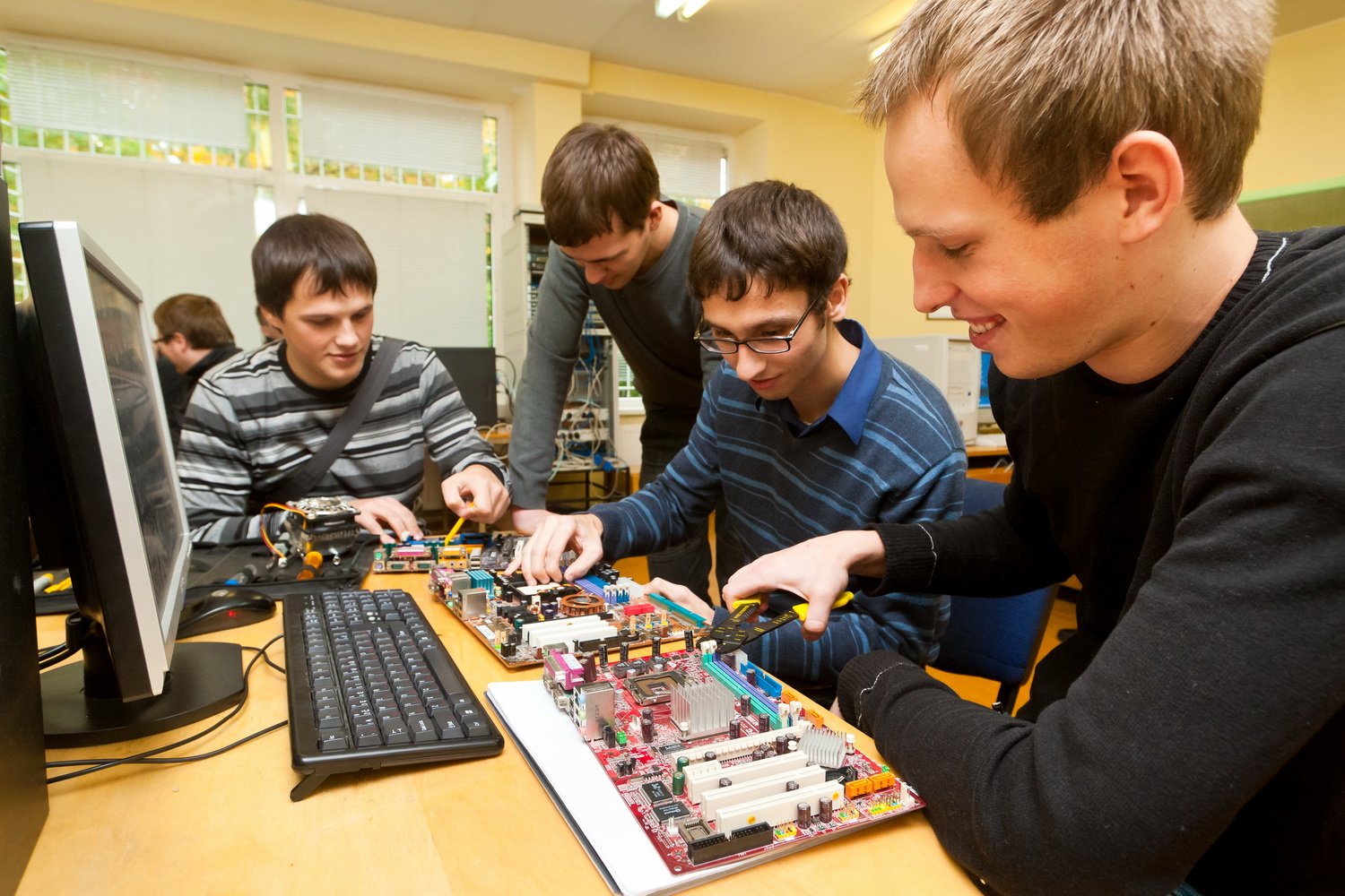 3 Reasons to follow a computer hardware course